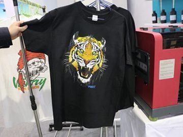 Afișaj tricou negru